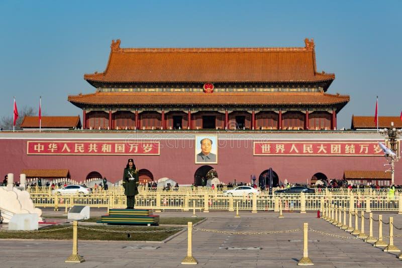 PEKING, CHINA -: Eingang von Verbotener Stadt von Peking mit Mao Zedong-Bild und Chinesen schützen stockfotos