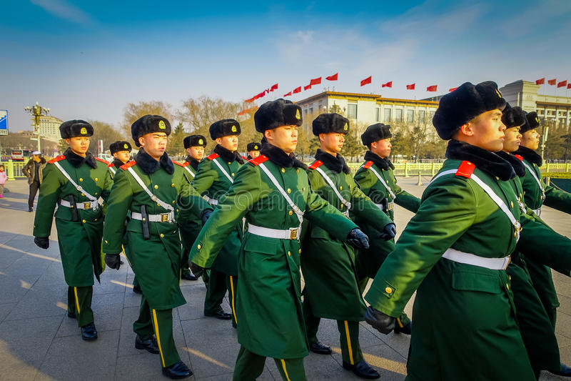 PEKING, CHINA - 29. JANUAR 2017: Chinesische Armeesoldaten, die auf quadratische tragende grüne einheitliche Mäntel Tianmen marsc stockbild