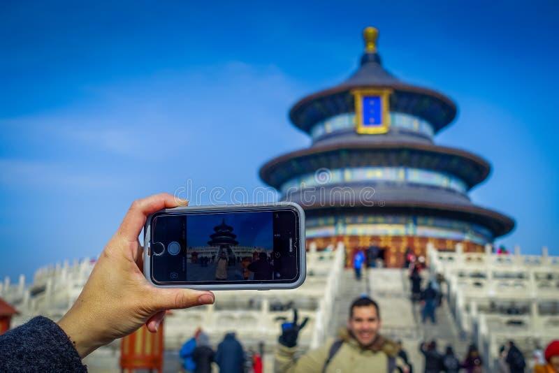 PEKING, CHINA - 29 JANUARI, 2017: Mobiele telefoon die beeld, mooie cirkelstructuur binnen tempel van hemel schieten royalty-vrije stock fotografie