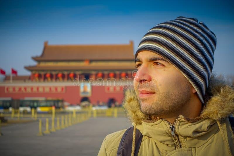 PEKING, CHINA - 29 JANUARI, 2017: Spaanse toerist bij het vierkante binnen rond kijken van Tianmen, de beroemde verboden stadsbou stock afbeelding