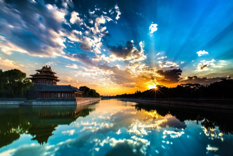 Peking, China - 11 juli, 2014: Zonsondergang bij Verboden Stadsgracht, Co stock fotografie