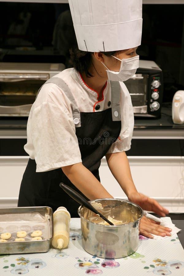 Peking China - 10 Juni, 2018: Een vrouwelijke chef-kok bereidt bakseldeeg voor baksel voor stock foto