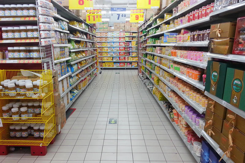 Supermarktregal stockfoto