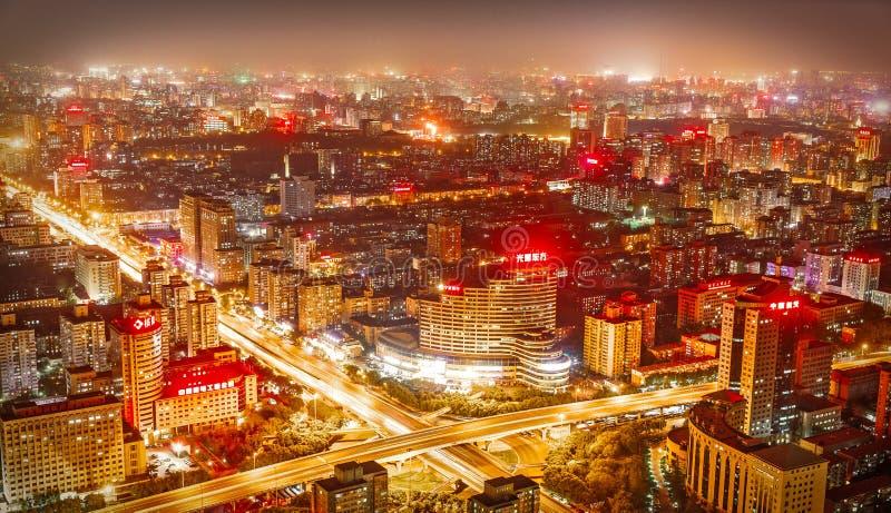 Peking, China - Mei 2016 stad bij nacht wanneer de lange wolkenkrabbers worden verlicht stock fotografie