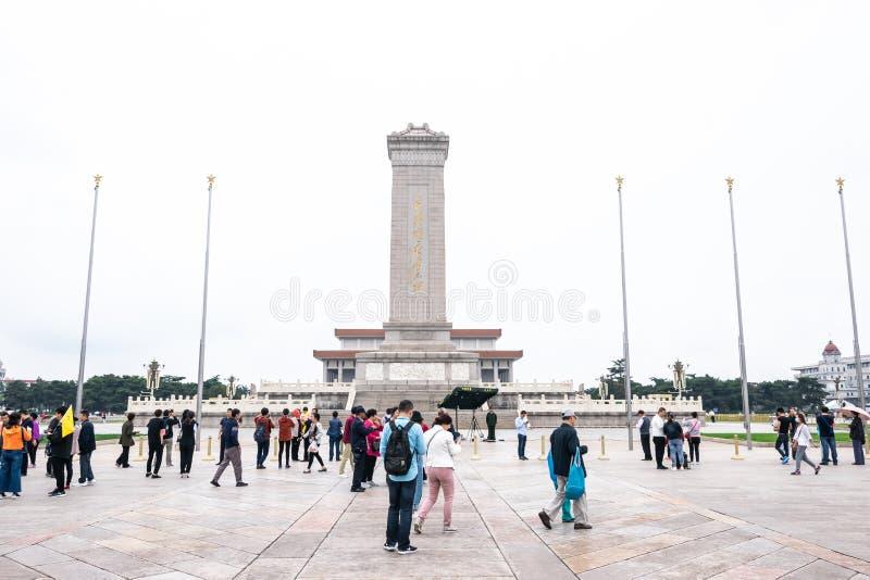 Peking, China - Mei 20, 2018: Weergeven van mensengang rond de Vierkante protesten van Tiananmen van 1989 waar voor het Monument  stock afbeeldingen