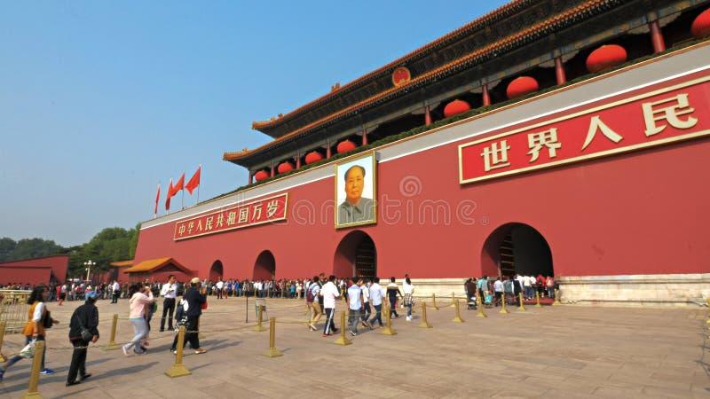 PEKING, CHINA 2 OKTOBER, 2015: de bezoekersstroom in de poort van hemelse vrede, tiananmen vierkant Peking royalty-vrije stock afbeeldingen