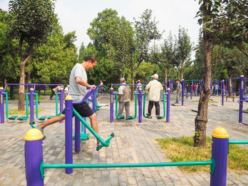 Peking, China - September 2017: Bejaarden die op publiek uitwerken stock fotografie