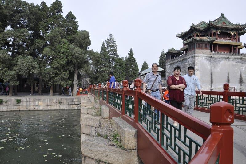 Peking, 5. kann: Brücke zu Zichun-Pavillon und Wenchangge-Turm auf Hintergrund vom Kunming Seeufer in Peking stockfotografie