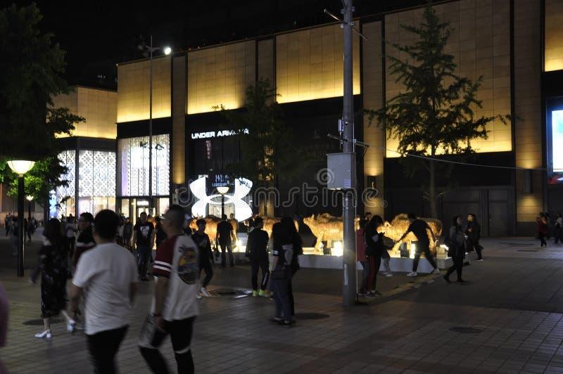 Peking, 5. kann: Einkaufsstra?e bis zum Nacht auf Stadtzentrum von Peking stockbilder