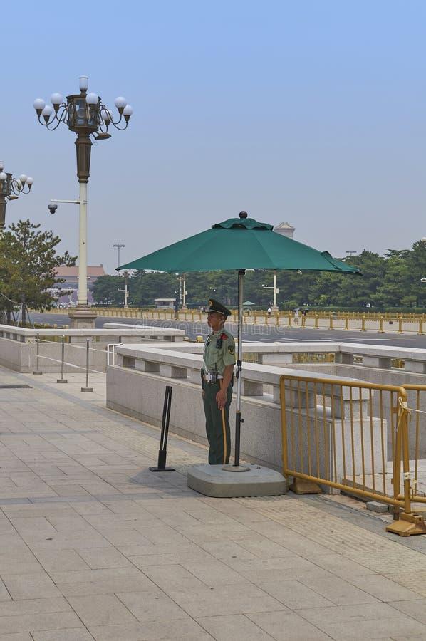 Peking Kina - Juni 2019: Soldat i den Tiananmen fyrkanten arkivfoto