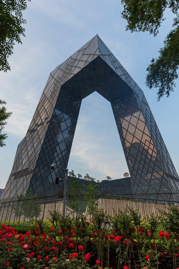 Peking Kina - Maj 14, 2018: CCTV fl?sar den byggande Kina World Trade Center i aff?rsomr?de royaltyfria foton