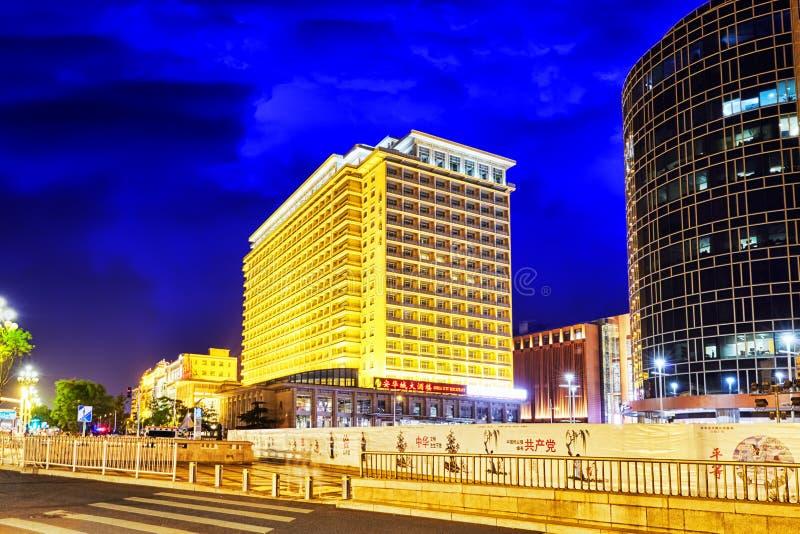 PEKING KINA - MAJ 18, 2015: Modernt kontor och bostads- bui arkivbilder