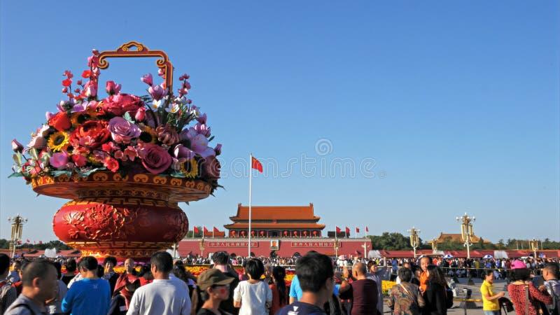 PEKING KINA OKTOBER, 2 2015: konstgjord korg av blommagarnering i den Tiananmen fyrkanten, beijing royaltyfri fotografi