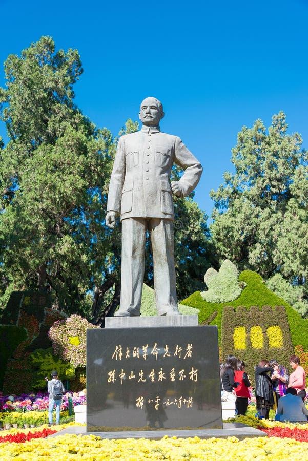 PEKING KINA - Oktober 11 2015: Sun Yat-sen staty på Zhongshan PA royaltyfri foto