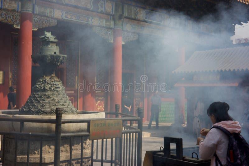 PEKING KINA - SEPTEMBER 21, 2017: Buddhadyrkanen royaltyfria foton