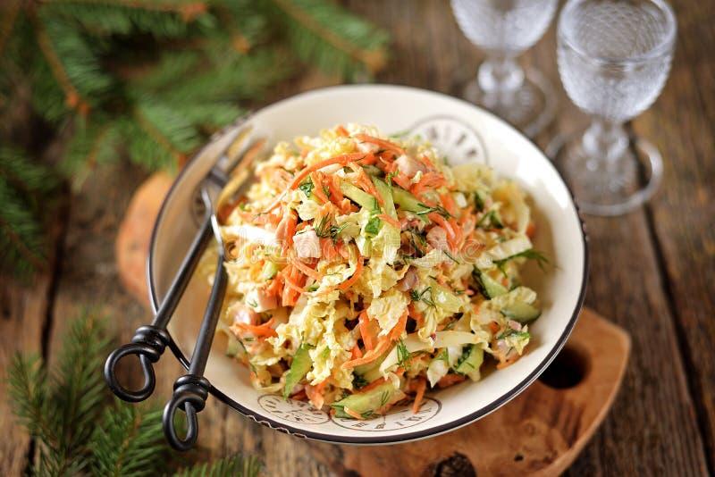 Peking-Kohl, Gurke, Karotte und geräucherter Hühnerbrustsalat mit Jogurtbehandlung stockfoto