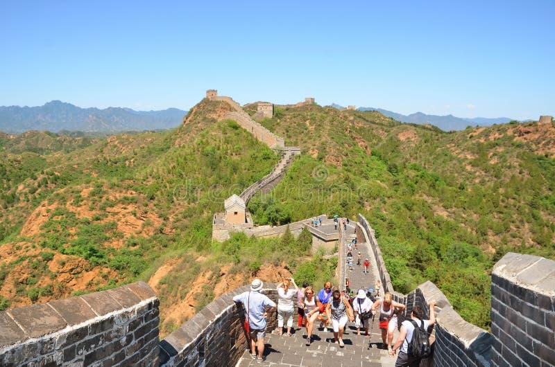 PEKING - MEI 23: de mensen wandelen de Grote Muur op Mayr 23, 2017 in Peking, China royalty-vrije stock afbeeldingen