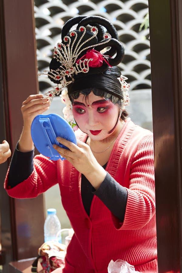 Peking-Opernschauspielerinmake-up und Kammhaar stockbilder