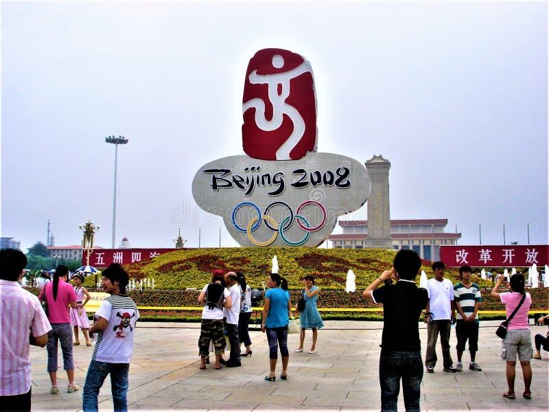 Peking 2008 sommarOS:er Turister i den Tiananmen fyrkanten, Kina royaltyfri fotografi