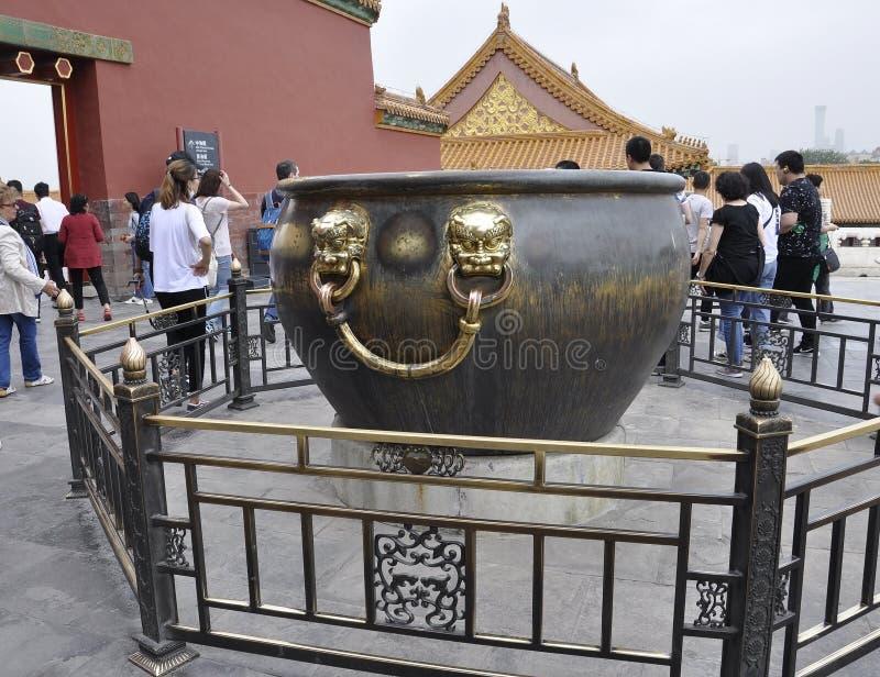 Peking 5th kan: Enormt brons vattencisterndetaljer på slottterrassen i Forbiddenet City från Peking royaltyfri fotografi