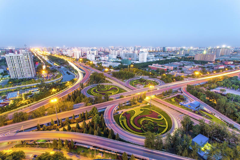 Pekingplanskild korsning på natten royaltyfri foto