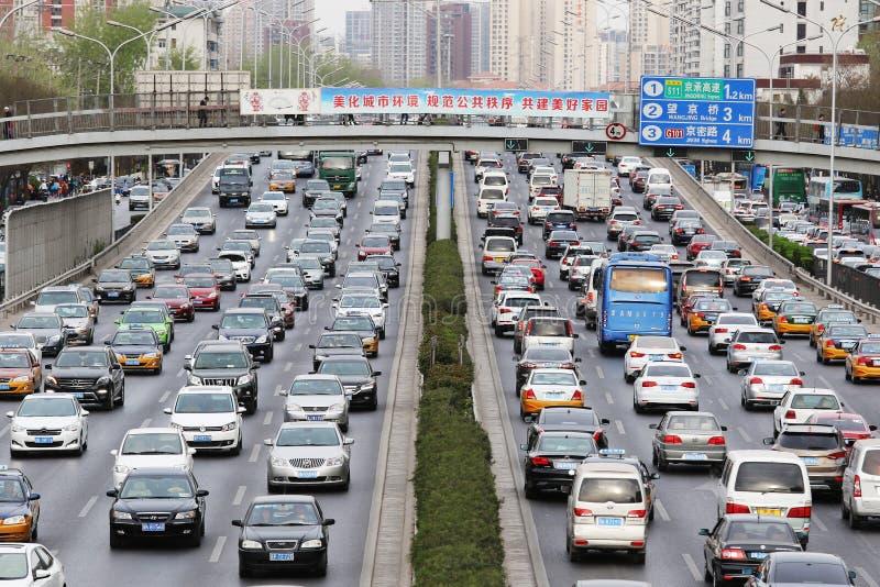 Pekingtrafikstockning och luftförorening royaltyfri fotografi