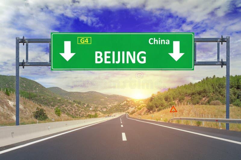 Pekingvägmärke på huvudvägen royaltyfria foton