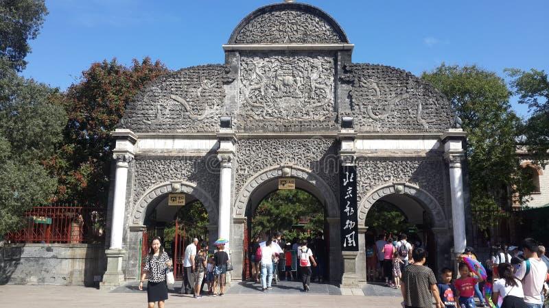 Pekingzoo Front Gate i Peking, Kina arkivbilder