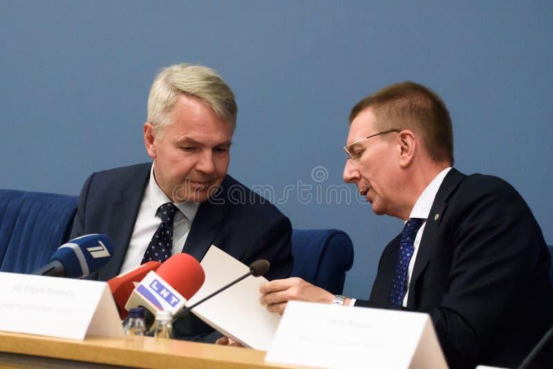 Pekka Haavisto, ministro de Negócios Estrangeiros de Finlandia e de Edgars Rinkevics, ministro de Negócios Estrangeiros de Letóni fotografia de stock royalty free