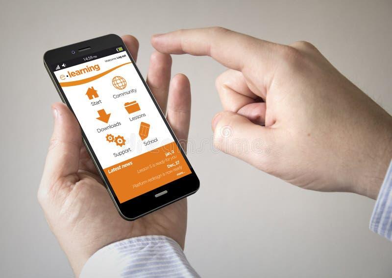Pekskärmsmartphone med e-lärande platsen på skärmen arkivbilder