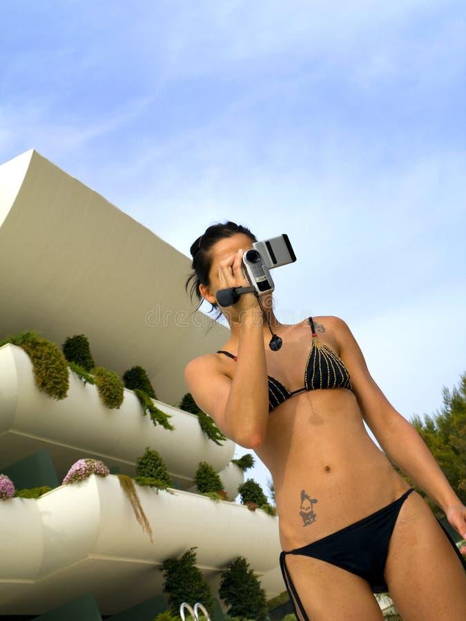 Película de la muchacha en la piscina imagen de archivo