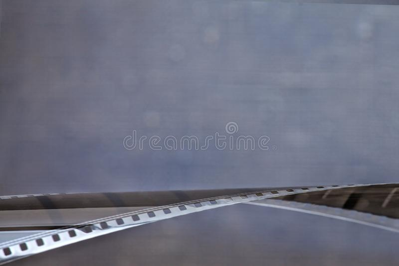 película de 35m m en fondo del color fotografía de archivo