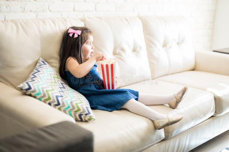 Película de observación de la niña en casa imagen de archivo libre de regalías
