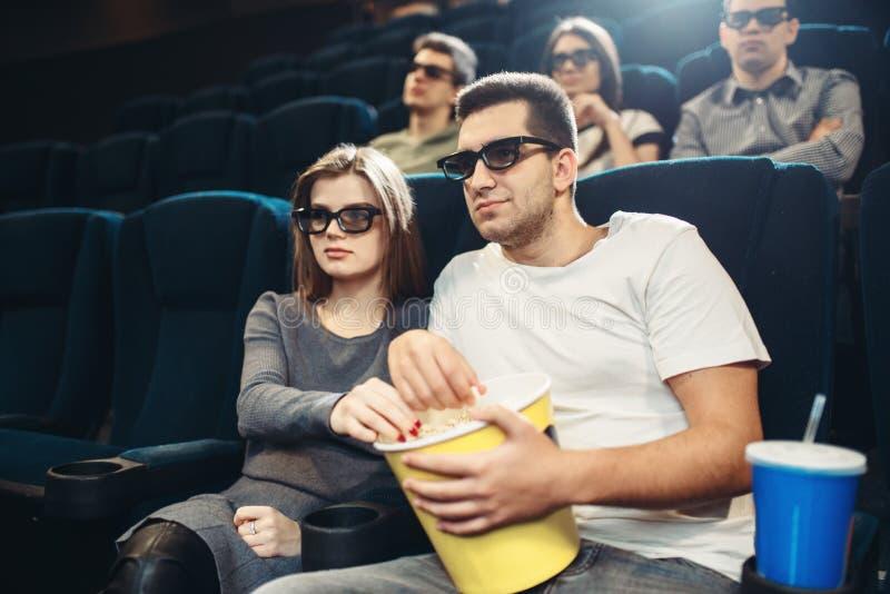 Película de observación sonriente de la comedia de los pares en cine imagenes de archivo