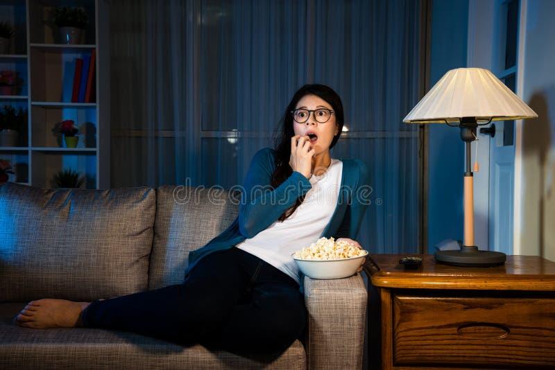 Película de terror de observación de la muchacha elegante de la belleza en la noche imagen de archivo libre de regalías