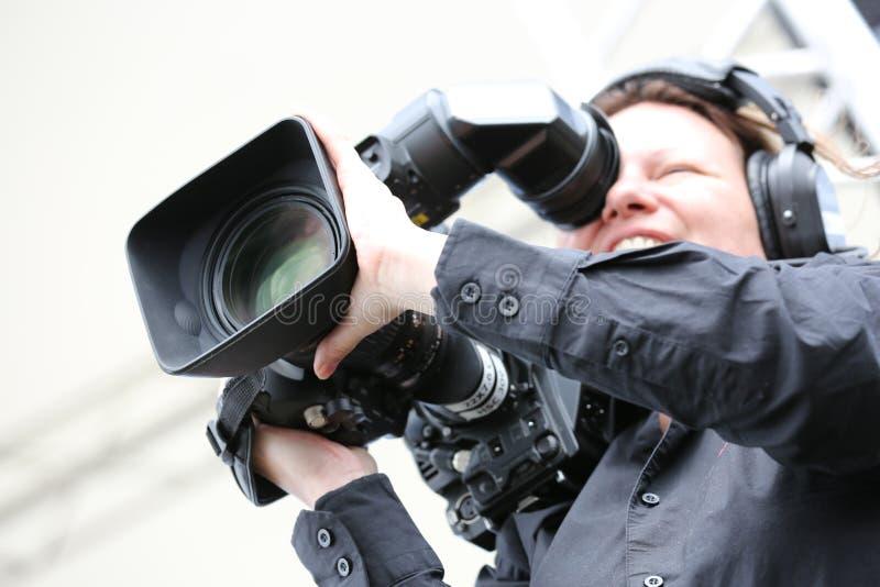 Película del tiroteo de la mujer joven con la cámara del dslr foto de archivo