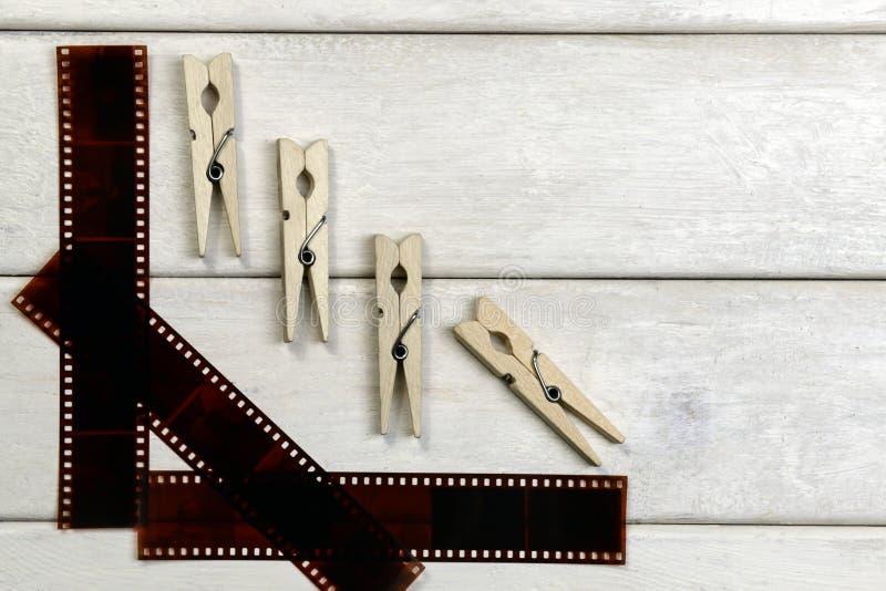 Película para la cámara y las pinzas imagenes de archivo
