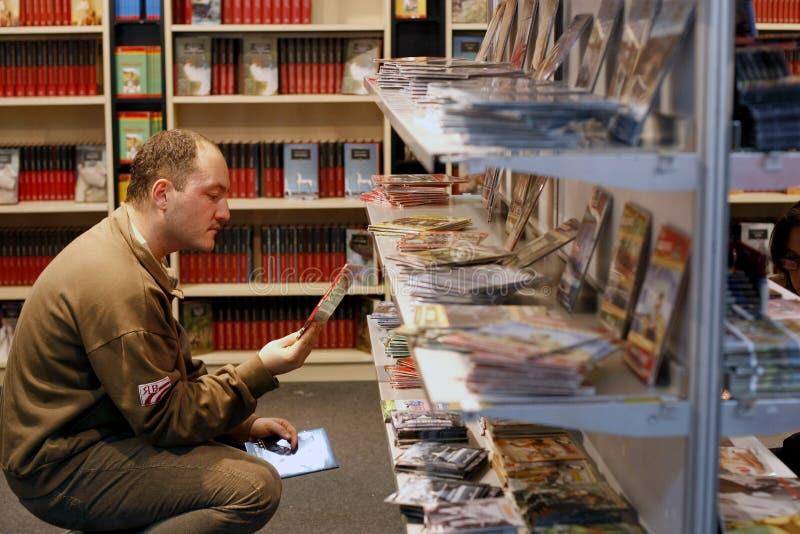 Películas de compra en DVD foto de archivo libre de regalías