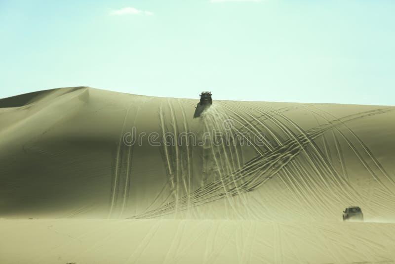 4 pela duna 4 que bashing o deserto de Siwa Egito, movimentação imagem de stock royalty free