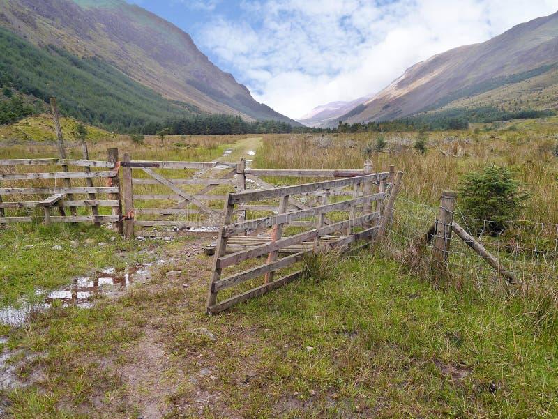 Pela porta e pela cerca que olham para o oeste no vale de Ennerdale fotografia de stock