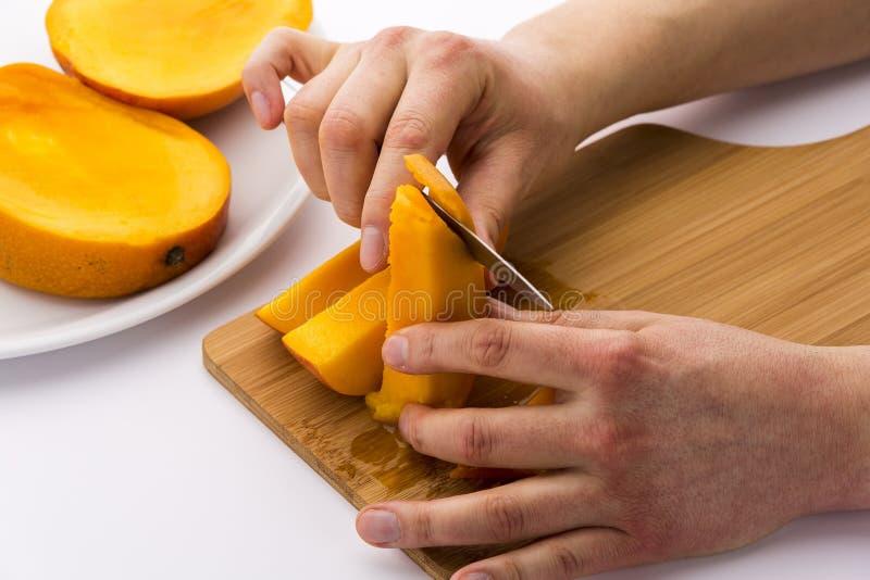 Peladura apagado de la carne de la fruta de la piel del mango foto de archivo