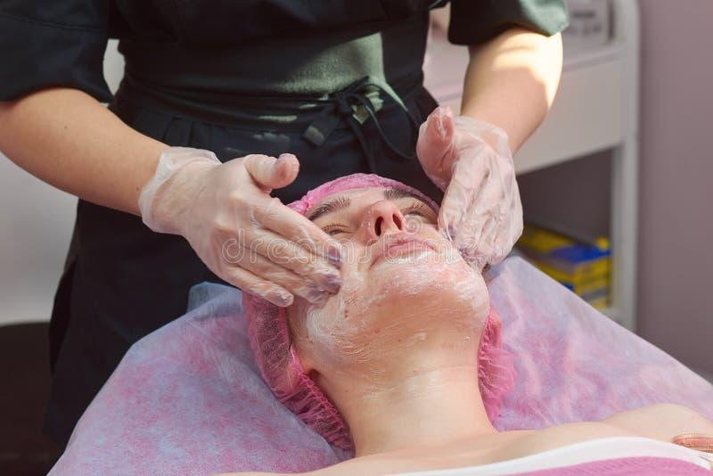 Peladura de la cara en clínica de la belleza fotos de archivo
