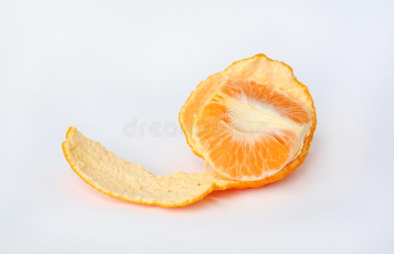 Peladura de la fruta anaranjada en el fondo blanco foto de archivo