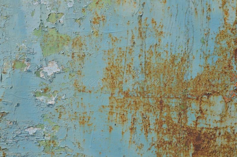 Peladura de la pintura azul en vieja superficie met?lica oxidada foto de archivo libre de regalías
