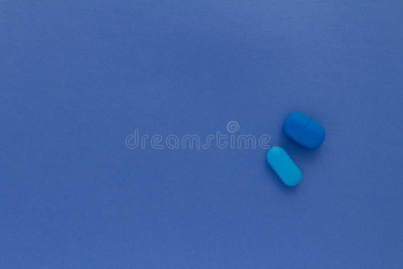 Pelare av blåaktiga färger på neutral bakgrund av himmelsk färg arkivfoto