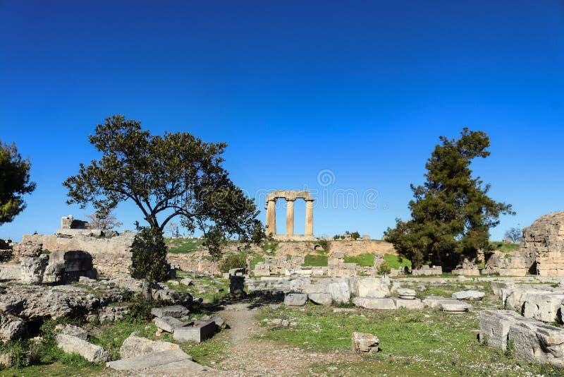 Pelare av templet av Apollo beskådade från arkeologiskt fördärvar ner under i forntida Corinth Grekland fotografering för bildbyråer