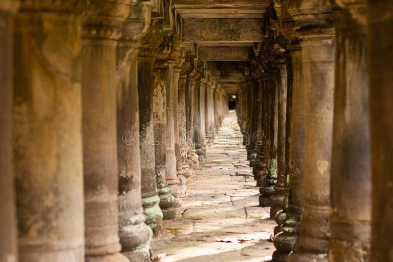Pelare f?r forntida tempel under en g?ngbana i Angkor Thom, Cambodja arkivbilder