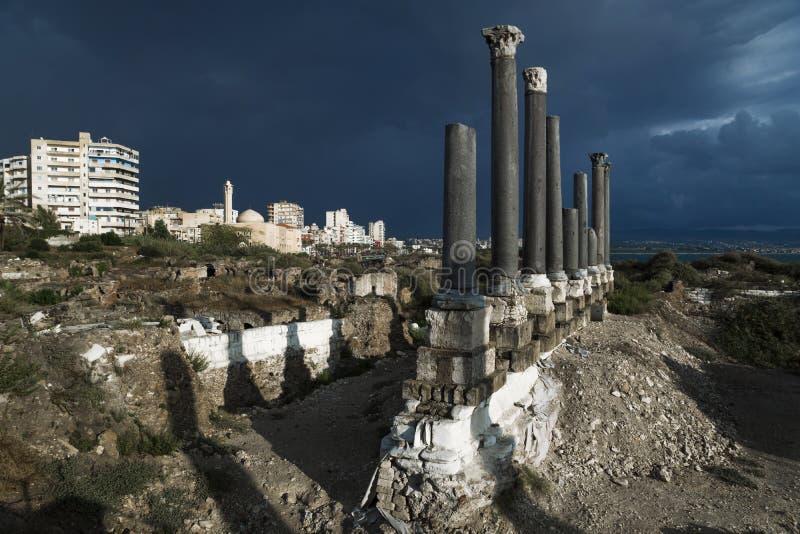 Pelare med cityscape i solljus under storm fördärvar in med dramatisk cloudscape i däcket som är surt, Libanon fotografering för bildbyråer