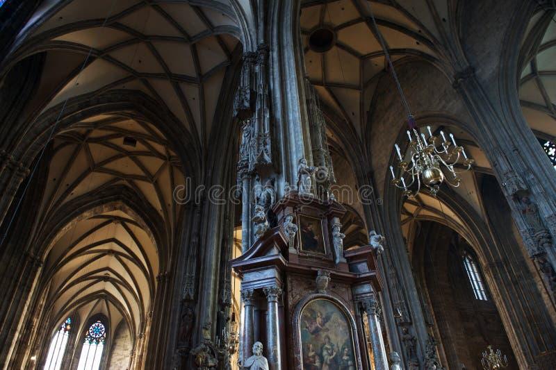 Pelare och archs på Stephansdom, Sts Stephen domkyrka tävlar in royaltyfri bild