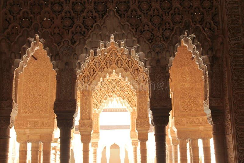 Pelare och bågar av Alhambra royaltyfri fotografi